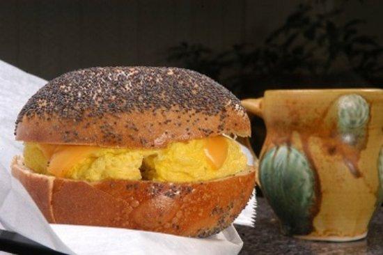 Buchanan, فيرجينيا: Delicious bagel breakfast with steamy cup of jo.
