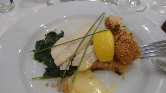Ommaroo Hotel : Au programme de ce plat entamé par mes soins : poissons frais, st jacques panés, épinard et legu