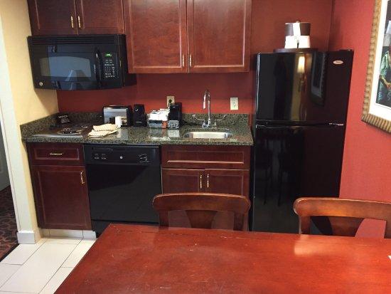 Hampton Inn & Suites Memphis - Beale Street: Full kitchen, Room 705