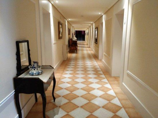 Paracuellos de Jiloca, España: Acceso a las habitaciones, decorado con muebles antiguos