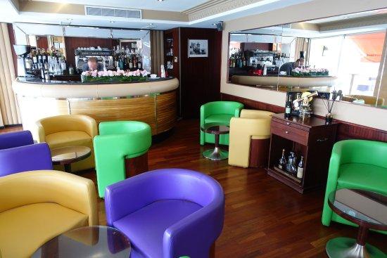 La Reserve: Auch die Bar hat einen nautischen Touch