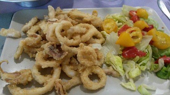 Casoria, Italia: calamari con insalata e pomodorini