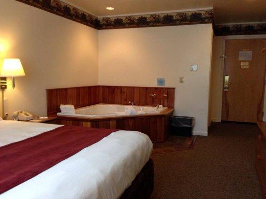Lyons Falls, NY: King Jacuzzi Room