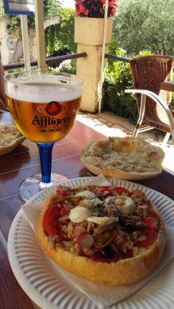 Saint-Jeannet, Frankrijk: Pause déjeuner avec le typique pan bagnat niçois ...