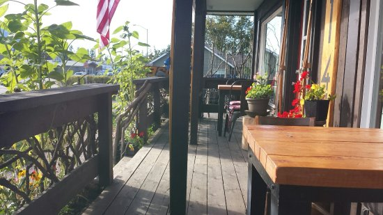 Columbia Falls, MT: Nice front porch at the Basecamp.