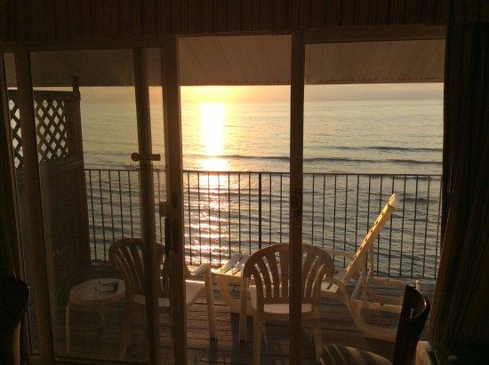Atlantic Oceanfront Motel: L'Océan Atlantique sous notre balcon!