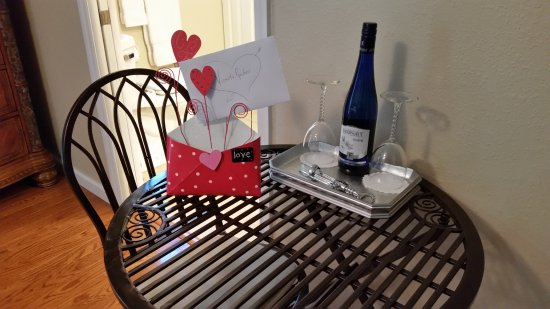 Maryville, Τενεσί: Complimentary wine and a card for the Anniversary couple