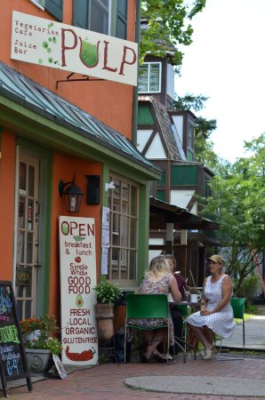 Frenchtown, Нью-Джерси: New owner + family at the outdoor seating