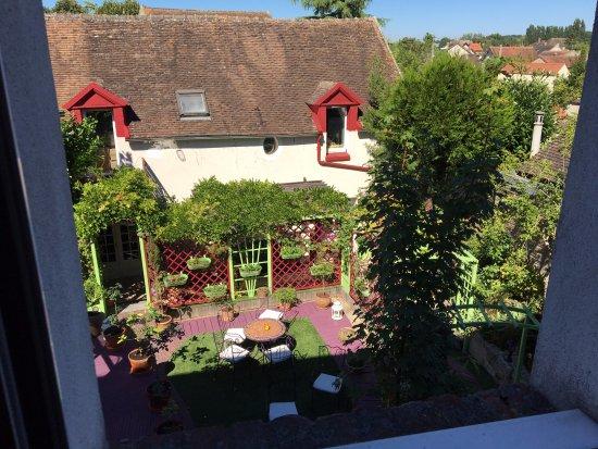 Le Cheval Noir: La vue sur le jardin, très agréable et calme.
