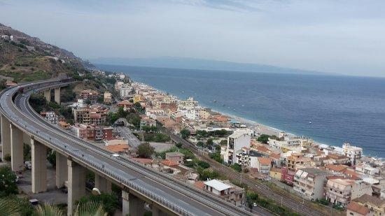Hotel Antares: Vista desde el hotel.Carretera y Taormina al fondo
