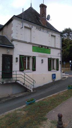 Courcay, Fransa: Le restaurant la promenade vu depuis la rue Lucien Dupuis