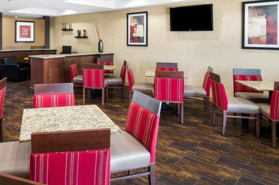 Comfort Suites Las Colinas Center: Breakfast Seating Area