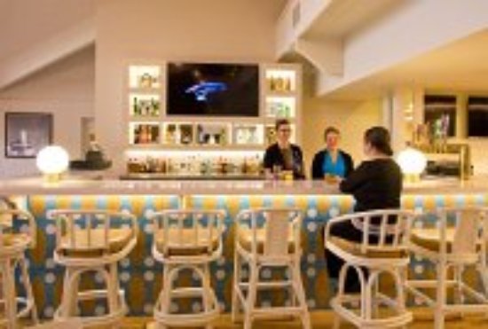 Ashland Hills Hotel & Suites: Relax and Enjoy a beverage at the Luna Bar