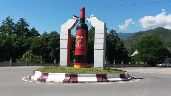 """Ambrolauri, Georgia: Памятник знаменитой """"хванчкаре""""."""
