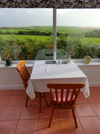 Roch, UK: The breakfast conservatory with a gorgeous view :).