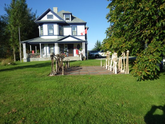 Port Hood, Canada: Giant mariners chess set on front lawn. Lovely grounds.