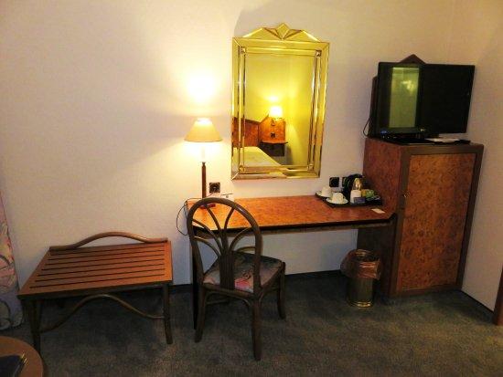 Best Western Hotel Am Drechselsgarten: Desk in bedroom - Hotel Am Drechselsgarten, Ansbach (29/Jun/16).