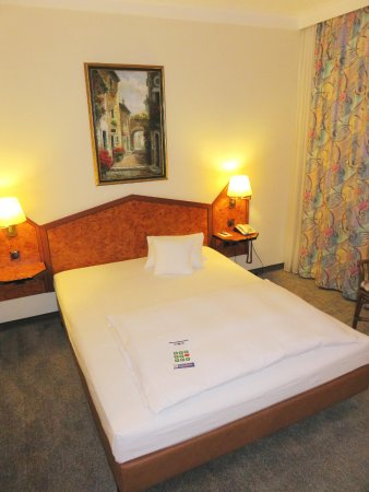 Best Western Hotel Am Drechselsgarten: Queen bedroom - Hotel Am Drechselsgarten, Ansbach (29/Jun/16).