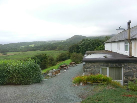 Brynllydan Country Guest House: Lovely view of Snowdonia from our hotel room! :)