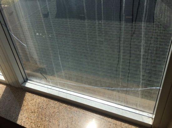 Hilton Garden Inn Hattiesburg: Badly Cracked Room Window