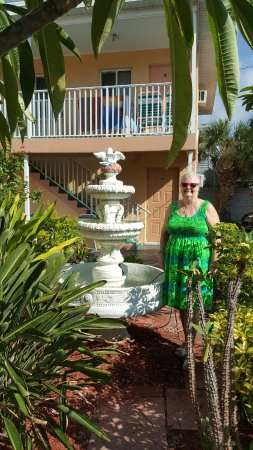John's Pass Beach Motel: Standing out by the water fountain