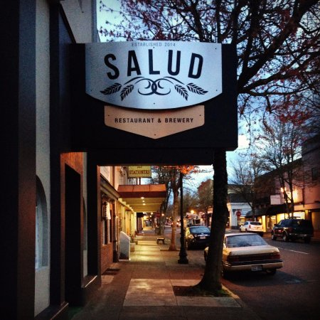 Roseburg, OR: Salud Restaurant & Brewery has fresh take and fresh flavor.