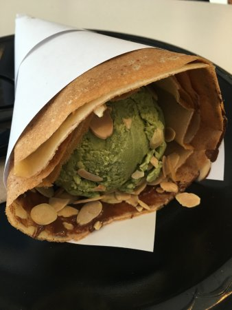 Alhambra, Kalifornien: Crepe with green tea ice cream, nutella and almonds