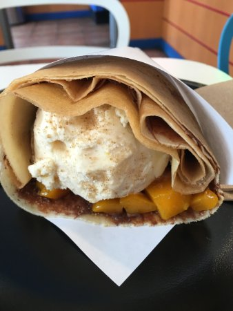 Alhambra, Калифорния: Crepe with vanilla ice cream, mango and brown sugar