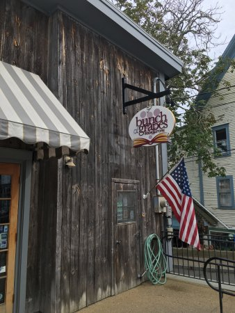 Vineyard Haven, MA: Bunch of Grapes Bookstore