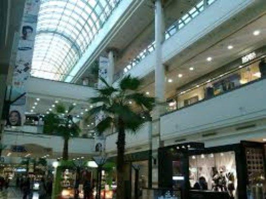 Alto Las Condes: Foto del mall tomada de abajo.