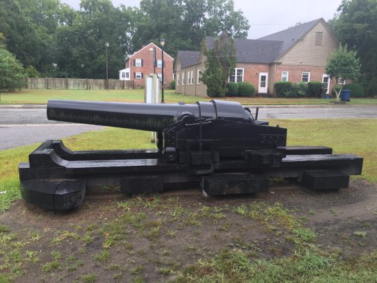 Plymouth, Carolina del Norte: cannon next to parking lot