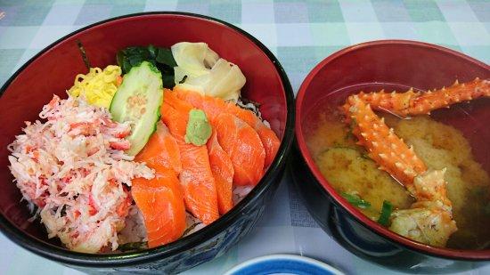 Abashiri Morning Market : カニとサーモンの二色丼