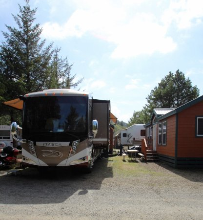 Seaview, WA: The space between our coach & the cabin was tight if a car was parked between the two.