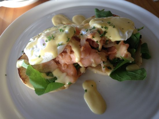Mangonui, Nya Zeeland: eggs benedict with salmon
