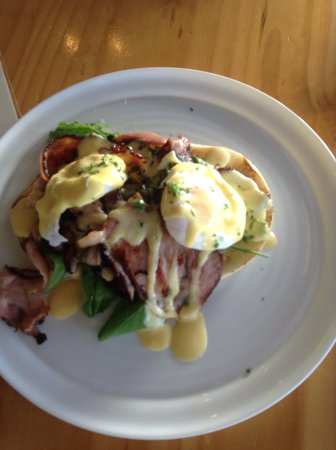 Mangonui, Nouvelle-Zélande : eggs benedict with bacon
