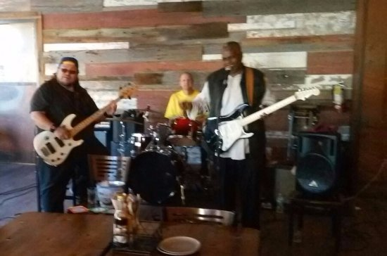 Lou's Pier 47 Restaurant : the band..