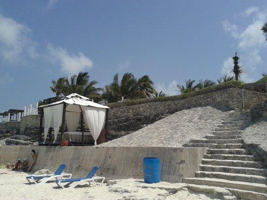 Hotel Dos Playas Beach House: Los camastros están bien techados y hay algunos también para quien quiera asolearse