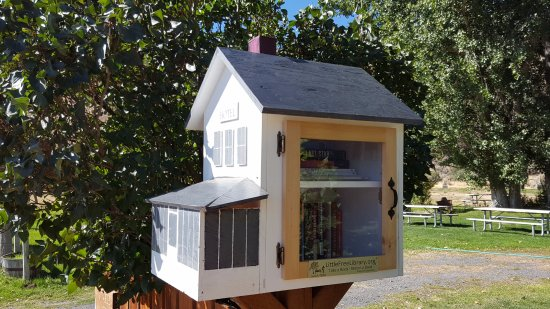 Frenchglen, Oregon: A sweet free library.