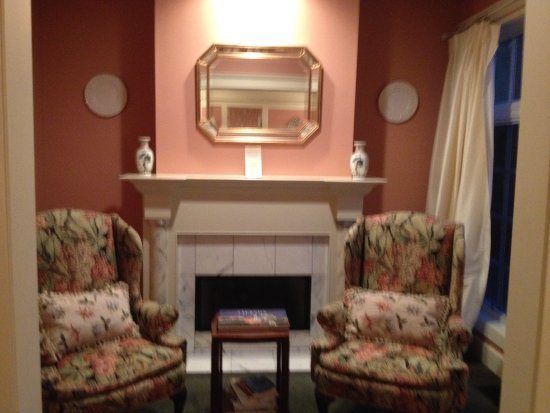 Fairview Inn: Fireplace and sitting area