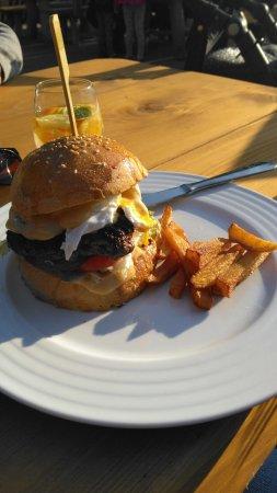Stracena Pub: Stracena burger a domaci hranolky