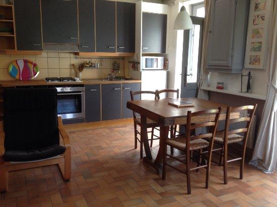 Lucy-sur-Yonne, França: Coin cuisine dans la Petite Maison