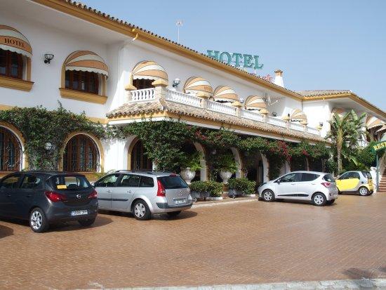La Cueva Park: Entrée de l'hôtel avec parking .Un autre parking couvert existe à côté de la piscine