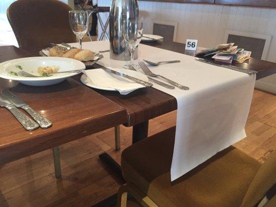 Kenmare Bay Hotel & Resort: Uno schifo, niente tovaglia e molto sporco