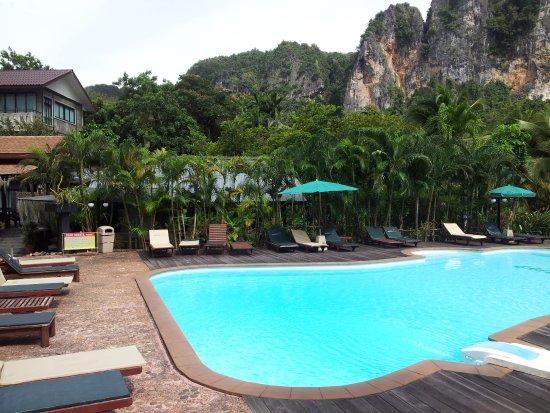 Green View Village Resort: Vue piscine, batiment réception, falaise