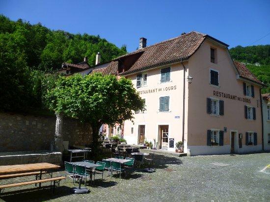Saint-Ursanne, Suiza: Vue extérieure avec terrasse