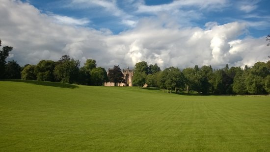Fyvie, UK: Grounds with the castle in the bacground