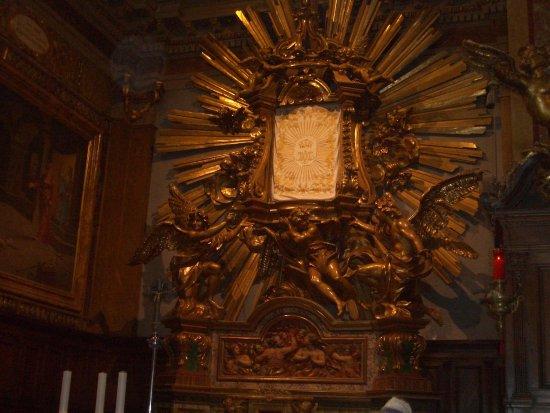 Grotte di Castro, Италия: scultura di maria ss del suffragio coperta