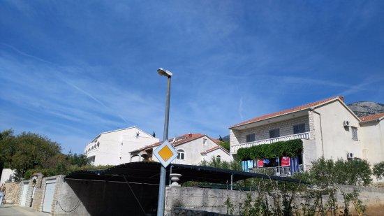 Hotel Villa Daniela: Vista desde el paseo marítimo con hotel al fondo izquierda