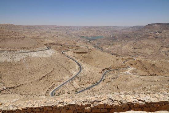 Karak, Jordania: Winding mountain road.