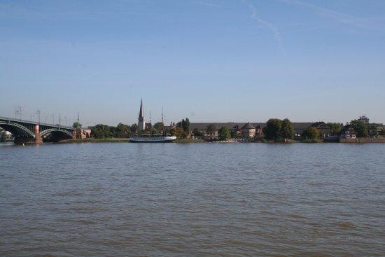 Blick auf Mainz-Kastel vom linken Rheinufer.